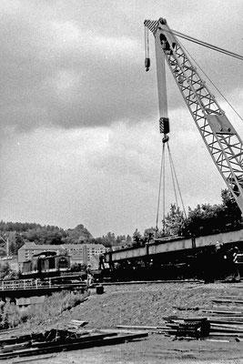 Rückbau der Behelfsbrücke mittels Eisenbahn Drehkran, 1989.
