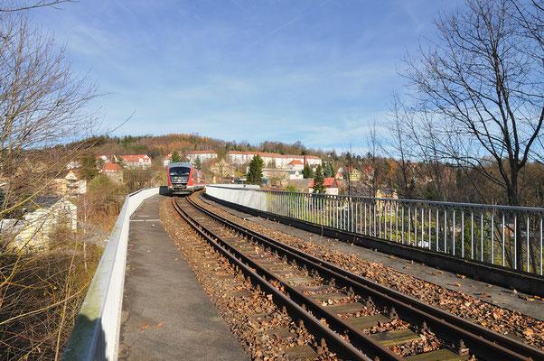 Am 14.11. konnte ich den Zugverkehr zwischen Sebnitz & Bad Schandau bei schon fast unwirklichen 16°C beobachten. RB 17123 befindet sich hier auf dem Sebnitzer Stadtviadukt Richtung Neustadt.