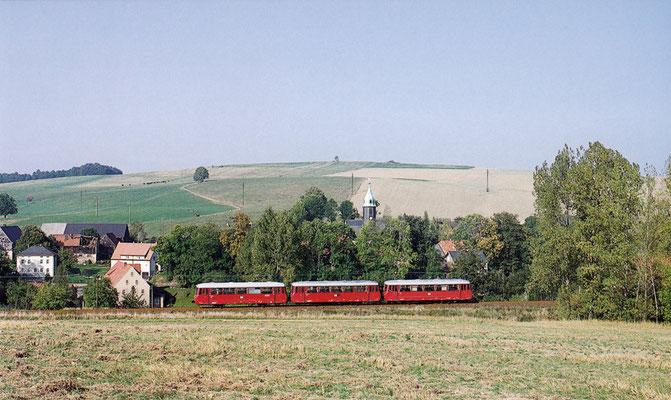Ein defekt gewordener LVT wurde hier im Verband des P8412 abgeschleppt. Auf dem Foto befindet sich die schöne Garnitur bei Langenwolmsdorf. Juni 1994, Fotograf: Andreas W. Petrak