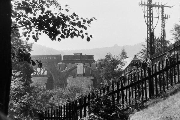 Nach der Sprengung der alten Brücke.