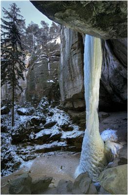 Eine komplett zusammengewachsene Eissäule (über 20m hoch) in der Gautschgrotte... Das gab es zuletzt Anfang 2012. Denn dafür ist lang anhaltender Dauerfrost über mehrere Wochen nötig. ISO 100, 11mm, f/8.0, 1,6sek.