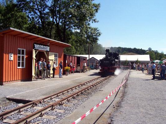 Im Sommer 2006 gab es viel zu feiern. Der Bahnhof Lohsdorf wurde wieder eröffnet und das erste Gleis konnte befahren werden. So kam es, dass 53 Jahre nach dem letzten Zug im Schwarzbachtal ( Mai 1951 ) wieder eine IV K für die alte Atmosphäre sorgte.