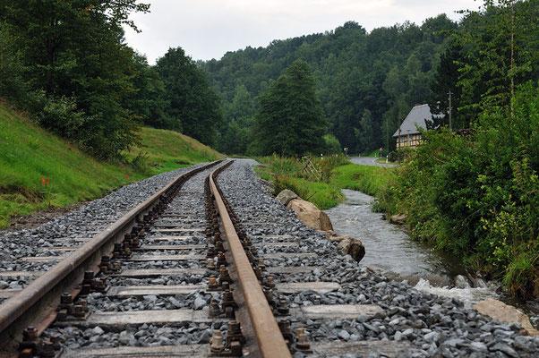 Sehr nah am Bach und in einer deutlich sichtbaren Steigung verläuft die Strecke. Bleibt zu hoffen, dass Hochwassersituationen wie 2010 die neue Trasse verschonen. 05.08.11