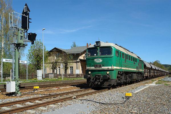 """Strecke Bautzen-Neustadt: """"Taigatrommel"""" 120 002 wartet am 16. April 2007 mit 56 Waggons im Bahnhof Neukirch (Lausitz) West) auf das Signal zur Abfahrt.  Foto: Thomas Lange"""
