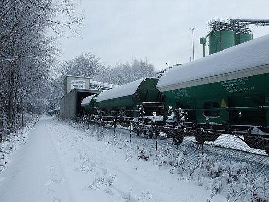 Ein Ganzzug, abgestellt im Schotterwerk Oberottendorf. Auf diesem noch erhaltenen Stück der Strecke Neustadt-Bautzen gibt es noch regelmäßige Güterzüge zum Steinbruch. 12.01.2010, Foto: Thomas Lange