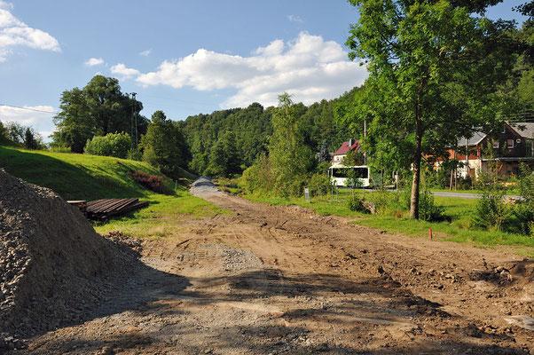 Blick in die andere Richtung. Der Aushub für die neue Trasse wurde schon durchgeführt, als nächstes wird das neue Gleisbett geschottert. 16.07.11