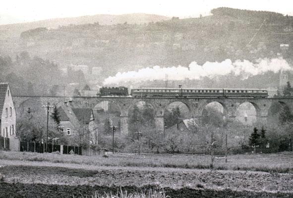 Umleitung des SVT als Vindobona Wien-Berlin ab Bad Schandau über Sebnitz & Neukirch nach Dresden auf Grund der Sperrung der Elbtalstrecke (Gottleuba Hochwasser in Pirna). Hier mit BR 86 auf dem Sebnitzer Viadukt, 1957