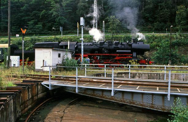 Der alte Bahnhof Bad Schandau mit noch erhaltener Drehscheibe, 52 8141-5 bei einer Pause zwischen den Pendelfahrten, Foto: Jürgen Vogel, 1996