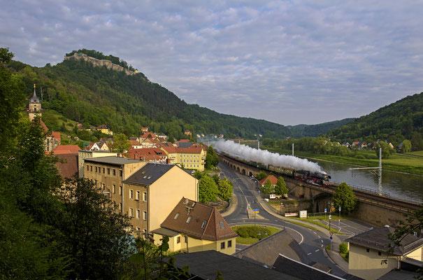 Goldene Morgenstunde in Königstein. Unterhalb der Festung dampft ein Sonderzug seinem Ziel in Tschechien entgegen. ISO 200, 27mm, f/7.1, 1/500sek.