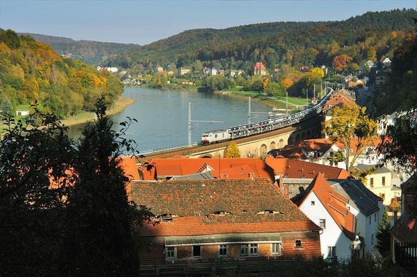 In den Herbstmonaten dringt die Sonne nur noch an wenigen Stellen ins Elbtal durch, so wie hier in Königstein. Auf der Elbtalbahn ist 285 106 mit einem Zug aus Neuwagen unterwegs nach Dresden, Oktober 2010.