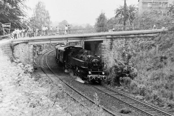 86 049 mit Sonderzug nach Neustadt / Sachsen. Links am Bildrand zu erkennen das Firmenschild der Sebnitzer Feinchemie.