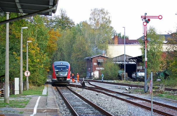 Ein Foto das ab morgen Geschichte sein wird, in der Nacht sollen die letzten 2 verbliebenen Flügelsignale fallen, der Desiro 642-147 aus Neustadt konnte heute zum letzten Mal so abgelichtet werden, 19.10.2009