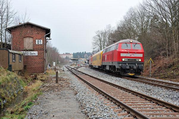 218 390-3 an der Ausfahrt Richtung Neustadt, 11.12.2013