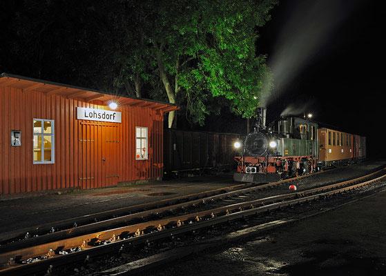 Pünktlich zu Beginn der nächtlichen Illumination verzog sich endlich der Regen und so störte nichts die schönen Impressionen im Bahnhof Lohsdorf. 27.08.2011