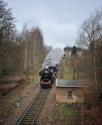 Sonderzug Nossen-Görlitz mit 52 8131. Hier rauscht der Zug auf seinem Weg nach Ebersbach durch Neusalza-Spremberg. In Ebersbach wird 110 101 als Zuglok übernehmen (hier noch versteckt am Zugschluss). 07.12.14