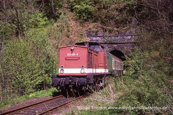 202 528 mit Regionalbahn Bad Schandau-Bautzen bei Rathmannsdorf. 05.05.1999 Foto: Ingo Fritzsch
