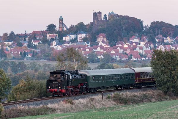 Das letzte Bild des Tages zeigt den Zug noch einmal vor der schönen Burgkulisse von Stolpen, danke an Klaus Schiekel! 13.10.18