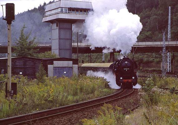 Ein Bild mit viel Historischem: Den Bahnhof Bad Schandau mit Stellwerk gibt es so heute nicht mehr, 52 8141-5 der OSEF ist nicht Betriebsfähig abgestellt, 1996