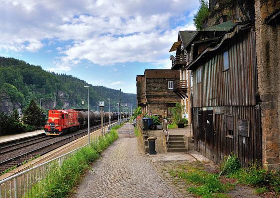 742 561 brachte am Morgen des 23.06.2013 einen Kesselzug von Decin nach Bad Schandau und dieselt hier durch Schöna.