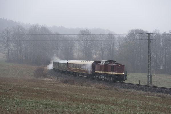 Kurz darauf kamen die Löbauer ebenfalls mit ihrem Adventszug. 112 331 der Ostsächsischen Eisenbahnfreunde auf ihrer Sächsischen Schweiz Rundfahrt am 1. Advent bei Krumhermsdorf, 02.12.18