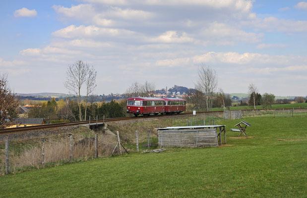 Ein Motiv welches ich schon sehr lange mit einem roten Triebwagen umsetzen wollte. Auf seinem Weg nach Pirna rollt der Zug durch die schöne Landschaft bei Helmsdorf, am Horizont bildet die Burg Stolpen eine schöne Kulisse. 17.04.12