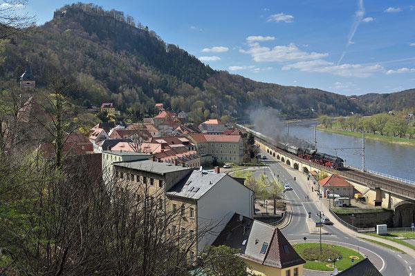 01 509 & 35 1097 mit Sonderzug Dresden-Decin, aufgenommen oberhalb von Königstein am 19.04.15.