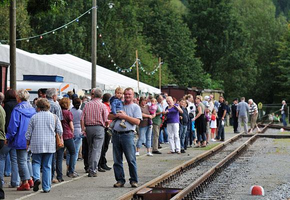 Gespanntes Warten auf den nächsten einfahrenden Zug. 28.08.2011