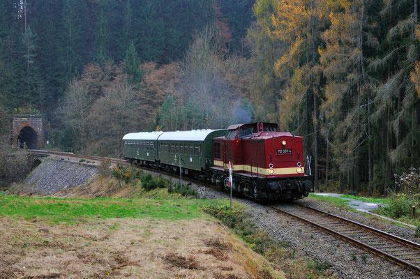 Zu einer ganz besonderen Fahrt kam es am 05.11.11. Die Löbauer 112 331 war anlässlich eines privaten Geburtstages unterwegs auf einer großen Sachsenrunde - auch auf dem Sächsische Schweiz Ring. Hier kommt sie im Sebnitztal aus Tunnel 5 kurz vor Ulbersdorf