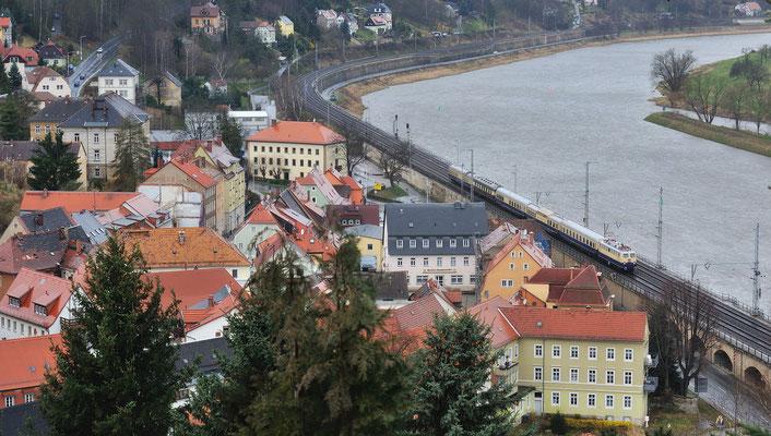 Mit dem Rheingold von Dresden nach Bad Schandau, nur das Wetter war einem solchen Zug alles andere als gerecht. Gezogen von E10 1239, hier in Königstein. 31.03.12