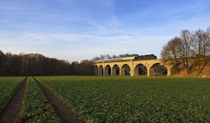 Am Nachmittag folgte noch eine Fahrt von Löbau über Bischofswerda nach Wilthen. 50 3648 dampft hier im Licht der untergehenden Wintersonne über das Viadukt bei Putzkau, 03.12.16