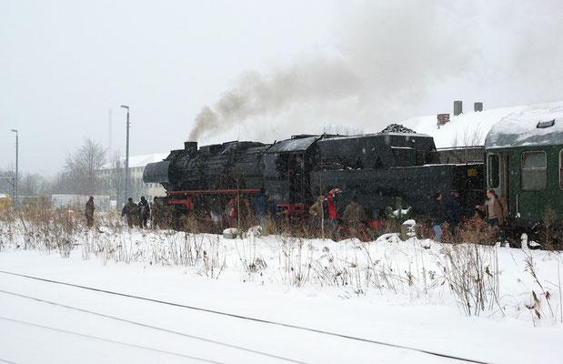 """Die erste Sonderfahrt im Jahr 2010 hatte es gleich in sich. 52 8079 der SVC ( Sonderzugveranstaltung Chemnitz ) erreicht dank Schneesturm """" Daisy """" mit reichlich 2 Std. Verspätung um 14:35 Uhr Neustadt. 09.01.2010"""