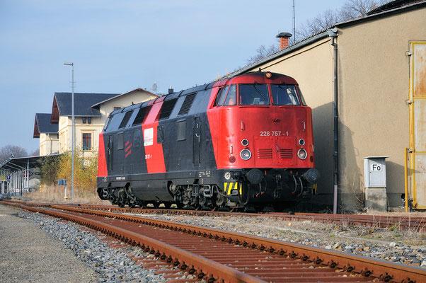228 757 des Erfurter Bahnservice rangiert im schönen Sonnenlicht vor dem Neustädter Lokschuppen. 21.11.11