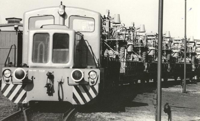 Die Werkslok der Baureihe V15 wird den Zug auf das Bahnhofsgelände befördern. An der Pufferbohle ist das Datum der letzten Untersuchung `65 zu lesen, daher vermute ich das die Bilder Ende der 60ér Jahre entstanden. Bildrechte: Stadtmuseum Neustadt i. Sa.