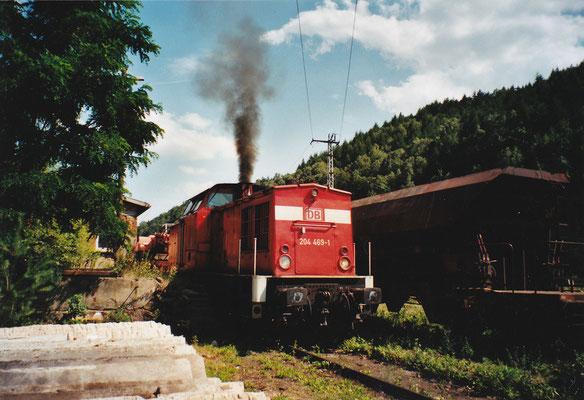 204 469 vor einem Güterzug. Sommer 2004, Foto: Archiv Robert Schleusener