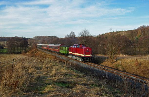 Der Zug kurz vor dem HP Krumhermsdorf, sehr schade, dass im Gegensatz zum Foto mit der Ferkeltaxe vom 13.06.09 nun die Telegrafenmasten gewichen sind ... 29.11.09