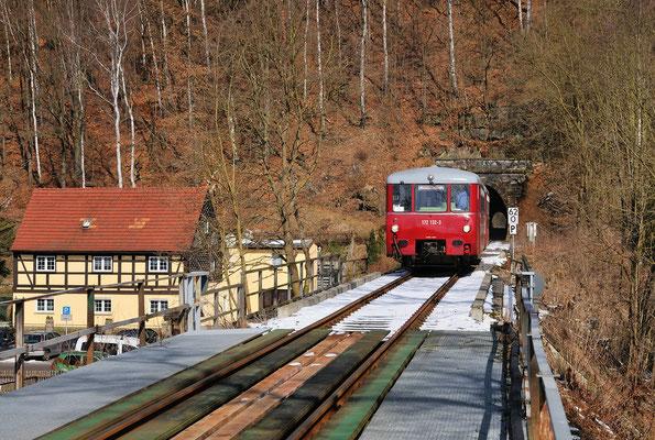 Bei Rathmannsdorf hat der Zug soeben den letzten der sieben Tunnel durchfahren und wird in wenigen Minuten nachdem die Elbe auf der Carolabrücke überquert wurde Bad Schandau erreichen. 23.03.2013