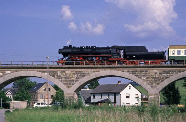 Als die Züge noch bis Bautzen fuhren, 52 8141-5 der OSEF beim Überqueren des Wiesenviaduktes zwischen Neustadt und Langburkersdorf, 1998