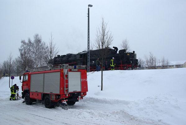 """Nun hieß es erstmal """" Wasser fassen """" mit Hilfe der Freiwilligen Feuerwehr Neustadt. Ein seltener Anblick auf den Gleisen vor dem Lokschuppen. 09.01.2010"""