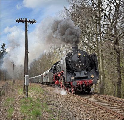 Mit 01 118 von Dresden nach Zittau. Das Dresdner Dampfloktreffen sorgte dafür, dass diese wunderschöne Maschine zurück in ihre alte Heimat kehrte. Hier in der Steigung bei Neukirch / Lausitz (West). 17.04.15