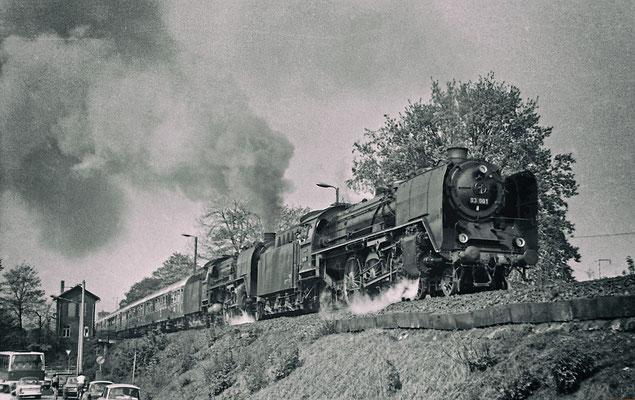 Faszination Schnellzugdampflok. Die Dresdner 03 001 & 01 137 (?) mit einer eindrucksvollen Ausfahrt aus dem Bahnhof Pirna in Richtung Dürrröhrsdorf.