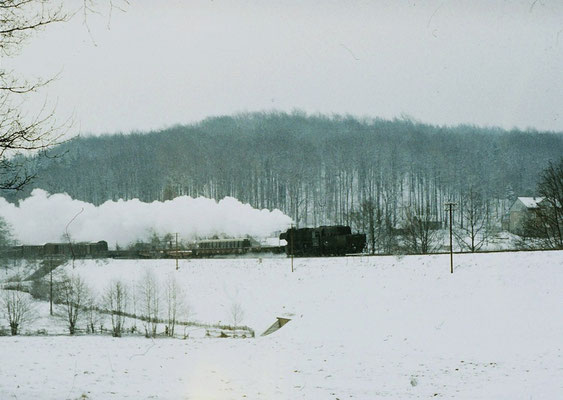 Güterzug 65272 nach Bischofswerda zwichen Neukirch-Ost und Neukirch-West. Winter 1986. Foto: Lutz Morgenstern