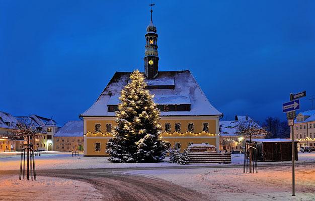 In den Jahren zuvor hatte es im Dezember nie mit Schnee geklappt... Blick auf das Neustädter Rathaus und den Weihnachtsbaum.