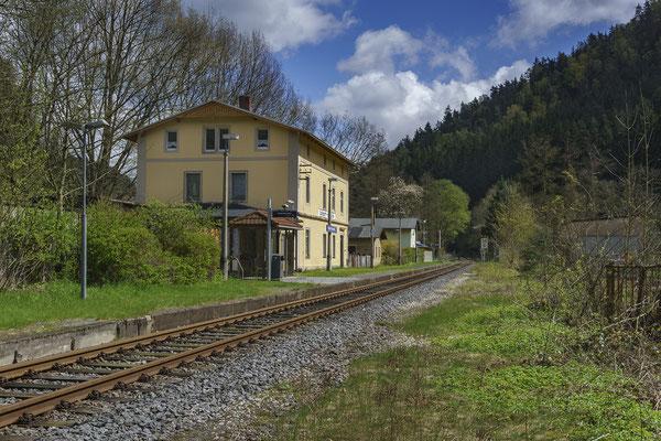 Das frisch restaurierte Empfangsgebäude in Goßdorf Kohlmühle ist nun wieder ein richtiges Schmuckstück. April 2017.