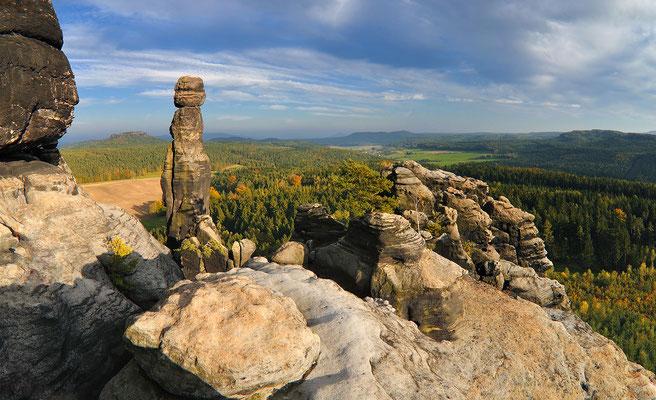 Herbststimmung an der Barbarine auf dem Pfaffenstein. Panorama aus 3 Aufnahmen bei 24mm.