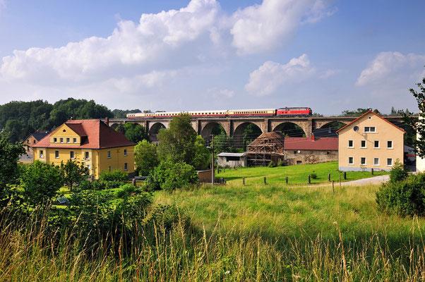 TEE Rheingold Trier-Görlitz. Ab Dresden übernahm 218 430-7 der EGB den Zug für den nicht elektrifizierten Teil der Strecke. Hier der Zug auf dem Viadukt in Demitz-Thumitz, 04.07.12