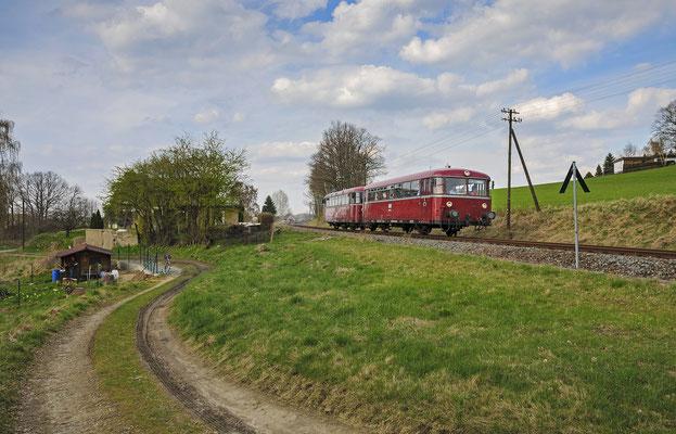 Kurz hinter Dürrröhrsdorf ( bis nach Pirna-Copitz ) stehen noch Telegrafenmasten und bieten noch etwas alte Bahnatmosphäre. Der Zug hat Dürrröhrsdorf verlassen und macht sich auf den Weg nach Pirna. 17.04.12