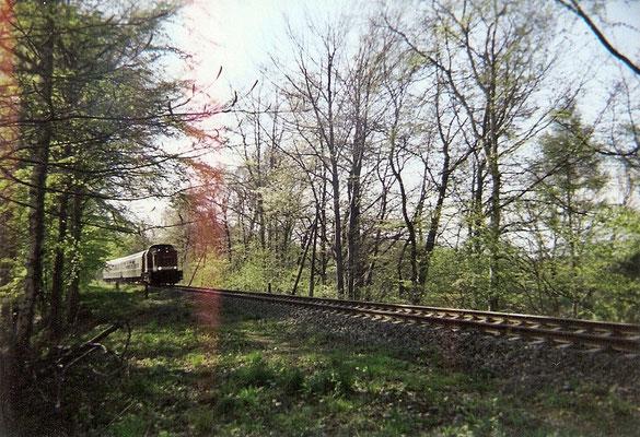 Aus der Gegenrichtung kommt ebenfalls eine Regionalbahn auf dem Weg nach Bautzen. Hier liegt heute das Anschlussgleis der Beladestation im Steinbruch Oberottendorf. 1999, Foto: Pierre Güttler
