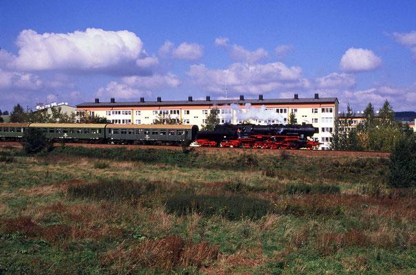 """52 8141-5 beim """" Einrollen """" in den Bahnhof Neustadt ( die Strecke fällt hier und der Lokführer kann es laufen lassen ), Foto: Jürgen Vogel, 1996"""