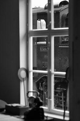 Historisch anmutend - der Blick aus der Wartehalle in Lohsdorf mit davor parkender IV K. 27.08.2011