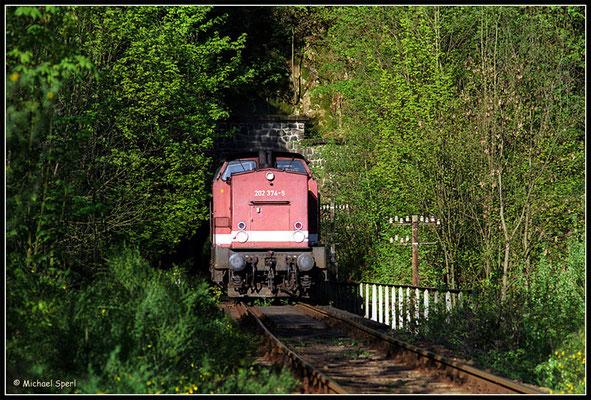 """202 374 hat gerade das Portal des """"Tunnel II""""  bei Amtshainersdorf hinter sich gelassen und wird in wenigen Sekunden am Bahnsteig halten. 12. Mai 2001, Foto: Archiv Michael Sperl"""